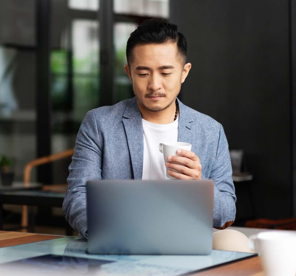 Hombre utilizando el hospedaje web en una computadora